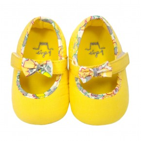 Baby girl shoes in yellow
